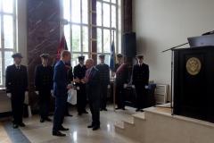 Prezes Oddziału Gdańsk SEP wręczający nagrodę laureatowi III miejsca podczas inauguracji roku akademickiego na Wydziale Elektrycznym Uniwersytetu Morskiego w Gdyni