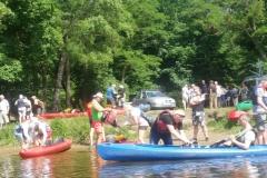 Przygotowania do spływy kajakowego elektyków rzeką Brdą